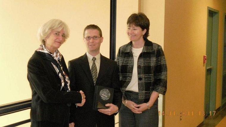 Jane Meagher, directrice du bureau du Québec de la FCF, en compagnie du récipiendaire Éric Carrier et de la doyenne de la Faculté d'administration, Francine Turmel.