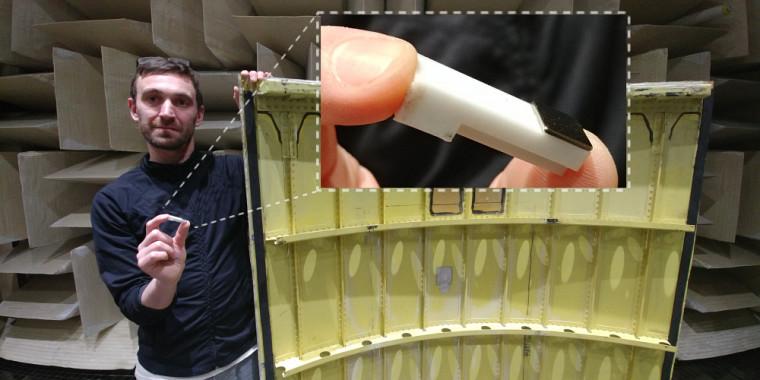 Le chercheur Olivier Robin tenant le panneau de fuselage testé et un résonateur dans la main