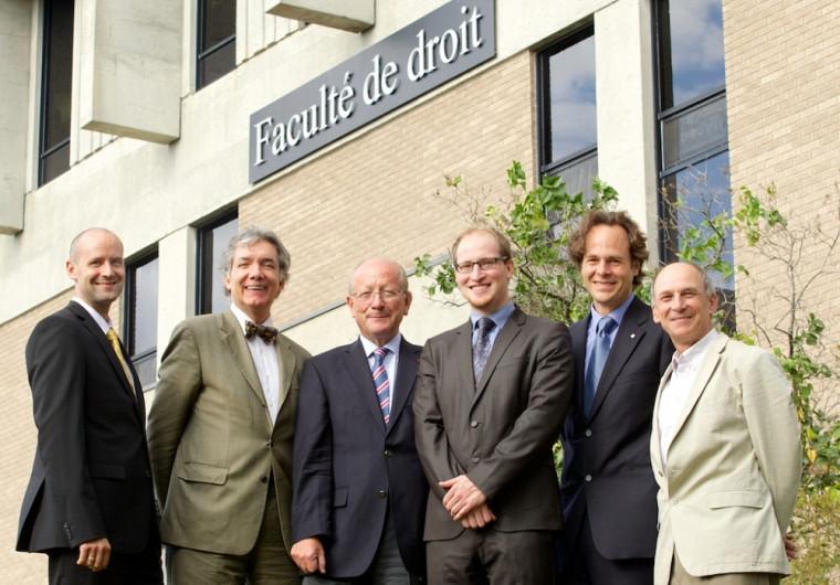 Le nouveau docteur en compagnie des membres du jury de la soutenance : Dominic Roux, Daniel Turp, Michel Verpeaux, Guillaume Rousseau, Sébastien Lebel-Grenier et Henri Pallard.