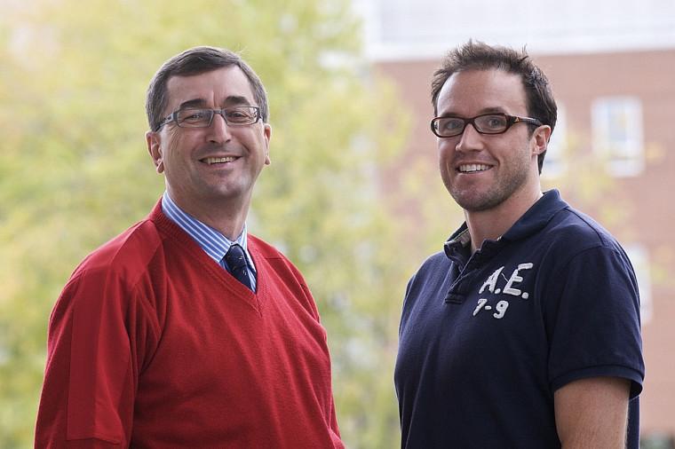 Les professeurs Gilles Larin, de la Faculté d'administration, et Maxime Descoteaux, de la Faculté des sciences