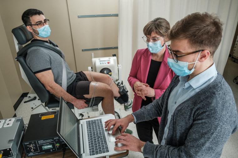 La professeure Isabelle Dionne et ses étudiants lors d'un examen d'électromyographie, comme ils en feront dans le cadre de l'étude