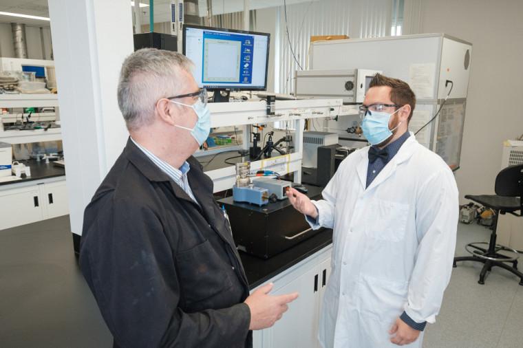 Le professeur Jérôme Claverie et Vincent St-Onge, étudiant au doctorat en chimie.