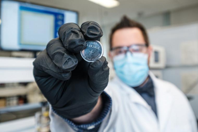 Vincent St-Onge, étudiant au doctorat en chimie, présentant un prototype de batterie comprenant le nouveau composé.