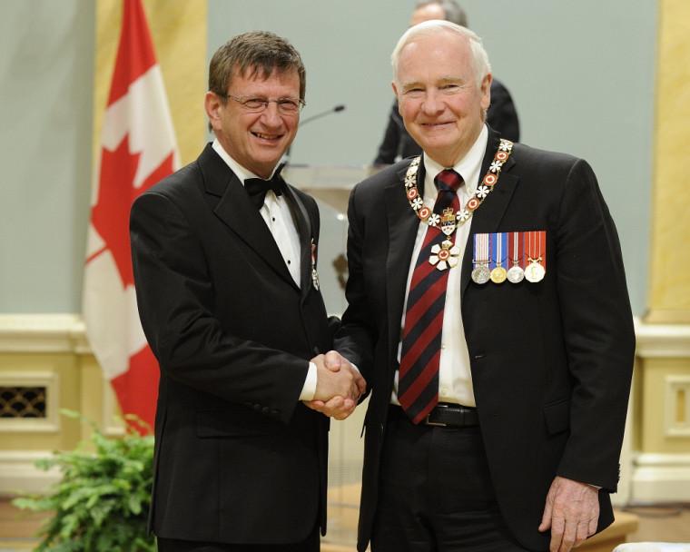 Le professeur Aurel Schofield, en compagnie du gouverneur général du Canada, David Johnston