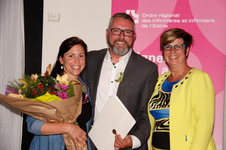 La chargée de cours Mélanie Marceau et le professeurStéphan Lavoie de l'École des sciences infirmières sont en compagnie de la présidenteLucie Tremblay de l'Ordre des infirmières et infirmiers du Québec.