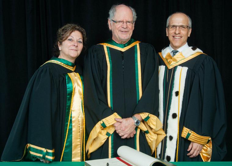 De gauche à droite: Pre Anick Lessard, doyenne de la Faculté des lettres et sciences humaines; Pr Pierre Hébert, professeur émérite en lettres et sciences humaines; Pr Pierre Cossette, doyen de l'Université de Sherbrooke.