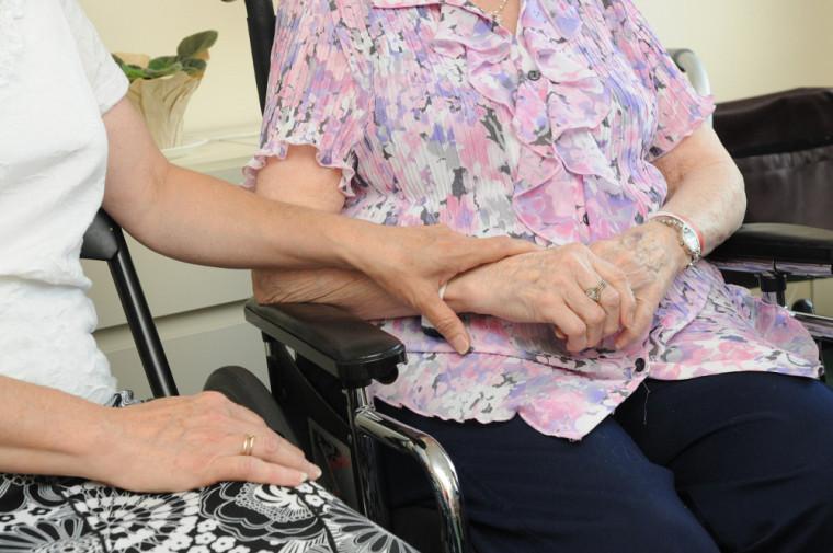 Selon l'étude publiée dans la revueBMC Geriatrics, les services à domicile offerts aux aînés en perte d'autonomie se concentrent autour des activités de base, par exemple manger et se laver, au détriment des activités sociales.
