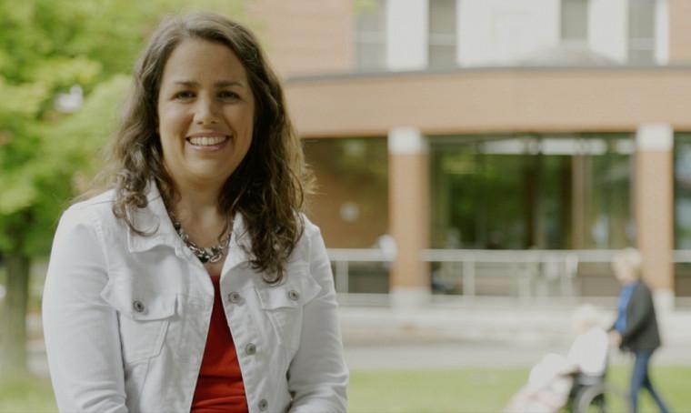 La professeure Mélanie Levasseur travaille à développer des interventions qui favorisent l'intégration sociale des aînés.