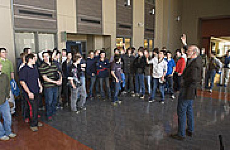 Don Thomas, doyen de la Faculté des sciences, accueille les élèves du Collège du Mont Sainte-Anne