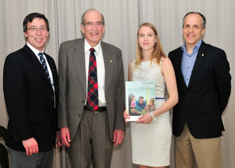 Le donateur Douglas F. Brown et Christine Lévesque, récipiendaire de sa bourse, sont entourés du Pr Jean-Pierre Perreault, vice-doyen à la recherche et aux études supérieures, et du Pr Pierre Cossette, doyen de la FMSS