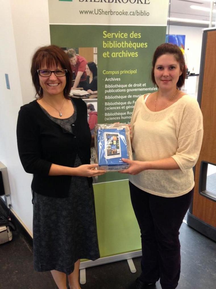 L'étudiante Rachel Cuerrier gagnante d'une liseuse Kobo. Nathalie St-Jacques, bibliothécaire au Campus de Longueuil remet le prix.