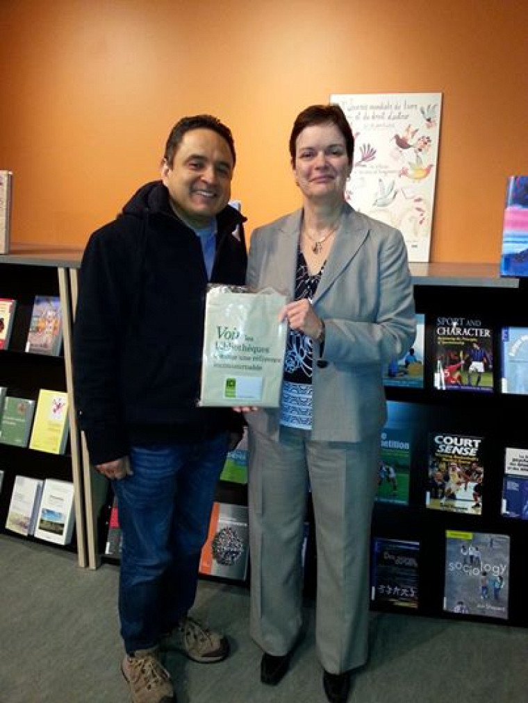 L'étudiant Jaime Alberto Reina Marino gagnant d'un certificat-cadeau de 50$ de la Coop. Sylvie Belzile, directrice générale du Service des bibliothèques et archives remet le prix.