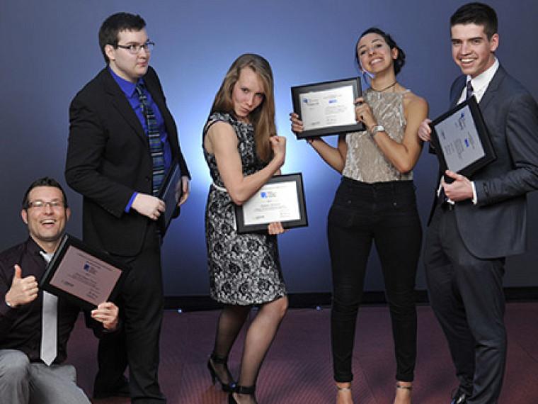 Soirée de l'excellence 2017 de l'OIQ, section étudiante :Julien Rossignol (deuxième à partir de la gauche) avec à ses côtés, Catherine Véronneau, une autre lauréate de la Faculté de génie