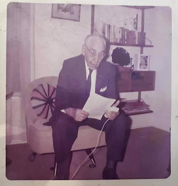Ce sont des enregistrements comme ceux qu'a réalisés Ambroise O'Bomsawin que le projet de centre de documentation se propose de réunir et de valoriser afin de contribuer à la revitalisation de l'abénakis et des autres langues autochtones du Québec. Né en 1886 à Odanak, Ambroise est décédé en 1980. Il est le dernier de sa famille à avoir eu l'aln8ba8dwaw8gan comme langue maternelle.