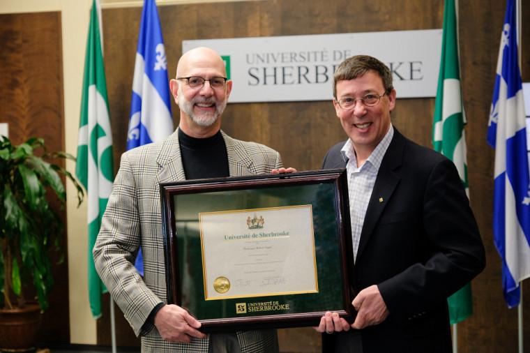À gauche, Robert Ingari, récipiendaire du Prix de la recherche et de la création, catégorie Sciences humaines et sociales