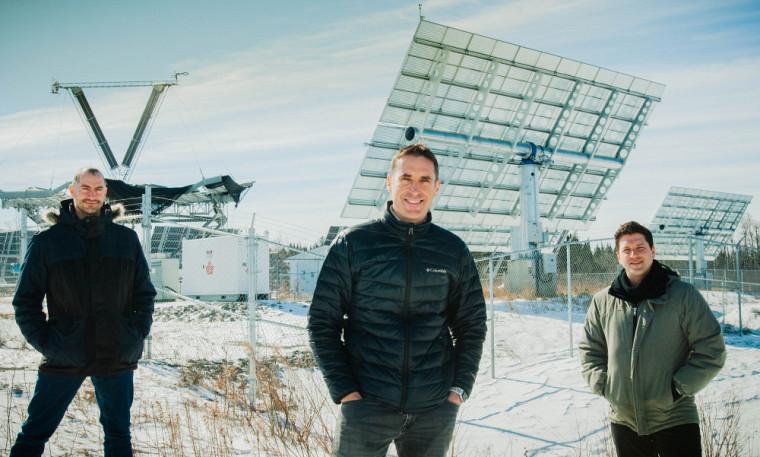 MaximeDarnon, coordonnateur du projet au 3IT, Yann Benoit,directeur national, approvisionnement du réseau et assurance du servicepourBell,et Jacques-Alexandre Fortin,du Groupe de partenariats d'affaires de l'UdeS, devant le parc solaire de l'Université.