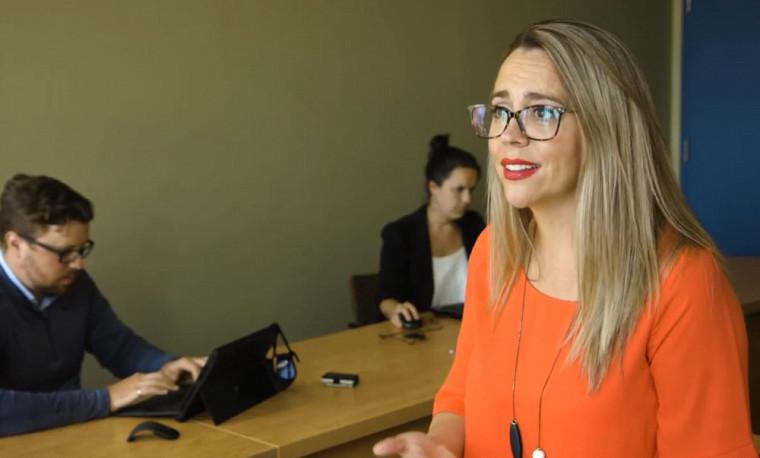 La PreNathalie Cadieux, de l'École de gestion, lors d'une rencontre de travail avec son équipe de recherche, en lien avec le mieux-être et la santé mentale des travailleuses et travailleurs.