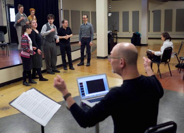Robert Ingari en répétition avec les artistes.