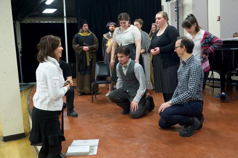 La metteure en scène Nathalie Deschamps transmet quelques directives aux artistes.