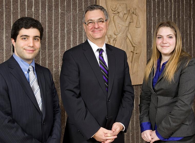 Le ministre Jean-Marc Fournier (au centre) en compagnie des deux débatteurs de la Faculté de droit de l'UdeS, David Lopez et Melissandre Asselin-Blain.