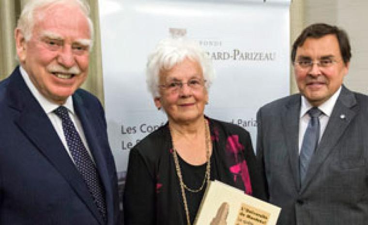 La professeure émérite Micheline Dumont, récipiendaire du Prix Gérard-Parizeau 2015, entourée de M. Robert Parizeau (à gauche) et de M. Guy Breton, recteur de l'Université de Montréal (à droite).