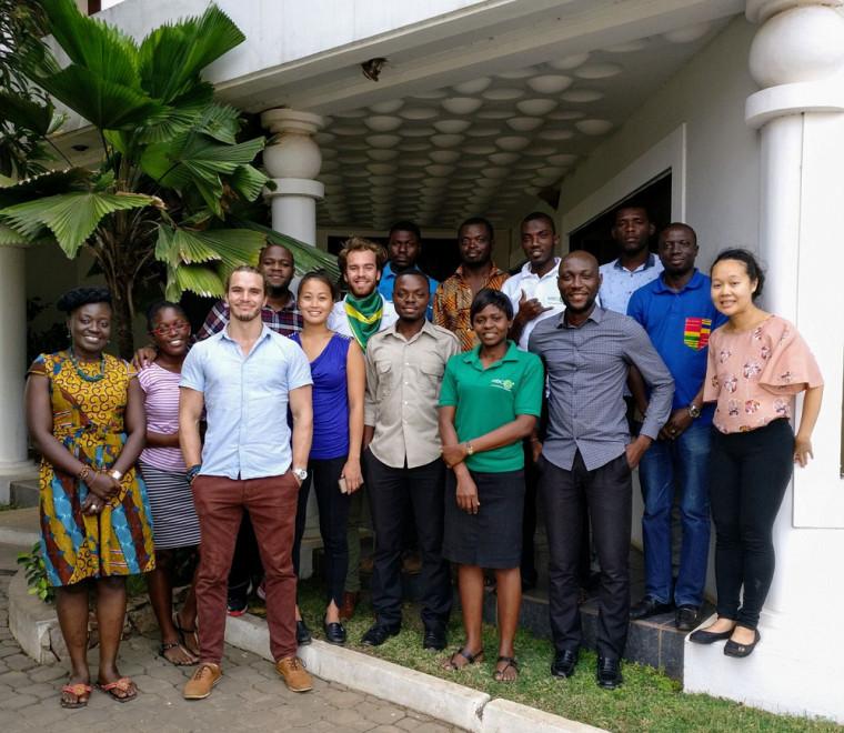 Berthié Gouin-Ferland (3e personne à partir de la gauche) lors d'un stage au Ghana, en Afrique, à l'été 2017, chez MBC Africa