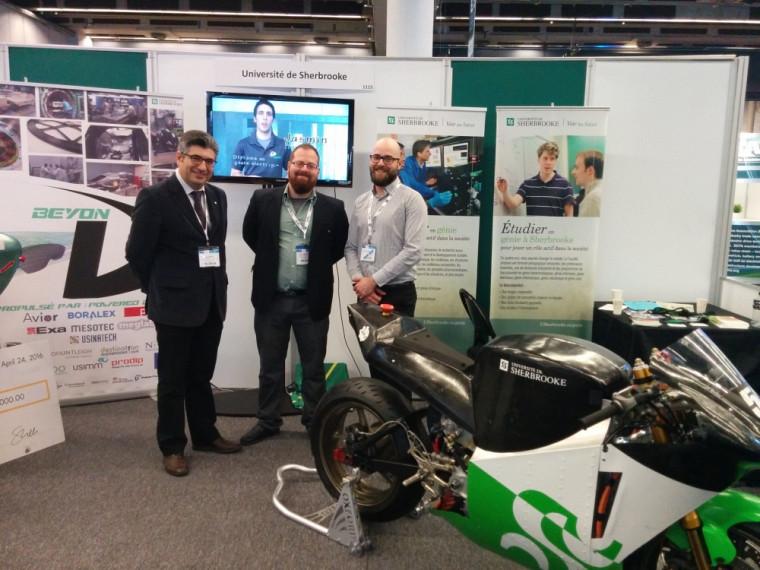 Le Pr João Pedro Trovão en compagnie de Félix-Antoine Lebel, étudiant à la maîtrise et membre du projet EMUS, et Alexandre Tessier, responsable des projets étudiants - véhicules électriques.