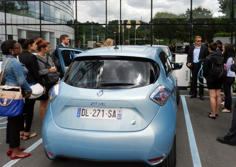 Rencontre avec les dirigeants du groupe Renault-Nissan, au siège social deBoulogne-Billancourten France.