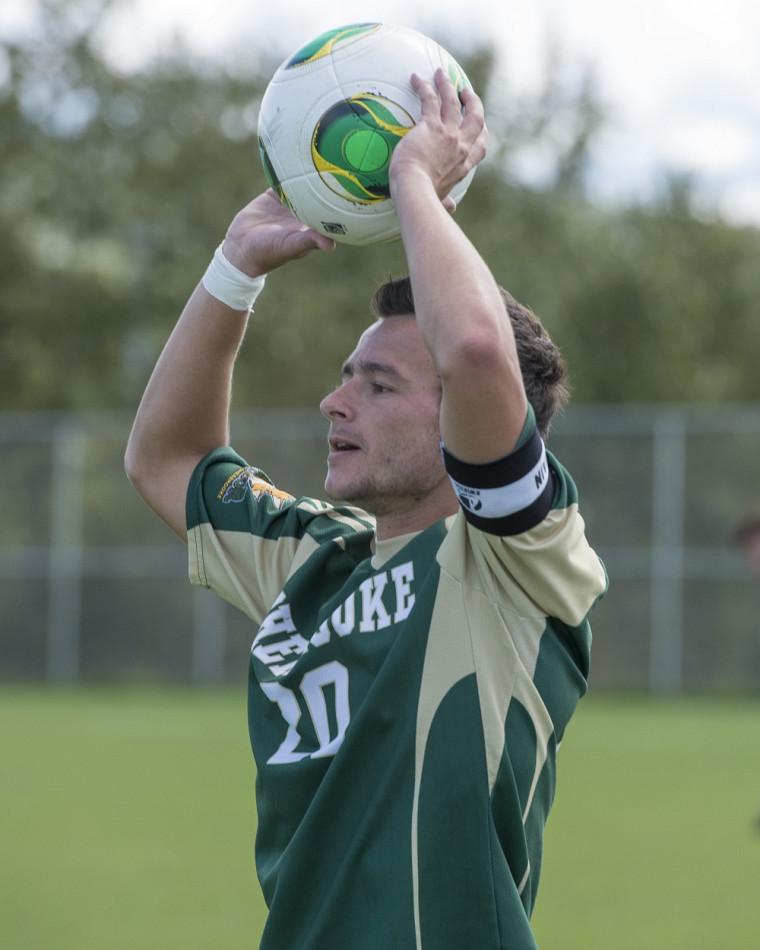 Mickaël Jollys et ses coéquipiers du Vert & Or joueront le dernier match de la saison régulière de soccer intérieur du RSÉQ face aux Patriotes de l'UQTR, ce dimanche à Trois-Rivières.