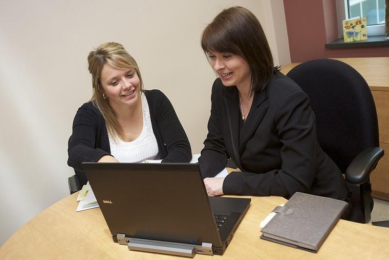 Audrey Bélanger, étudiante en droit-MBA, et sa coordonnatrice Caroline Boutin profitent du plan de développement individuel accessible en ligne pour maximiser l'expérience de stage.