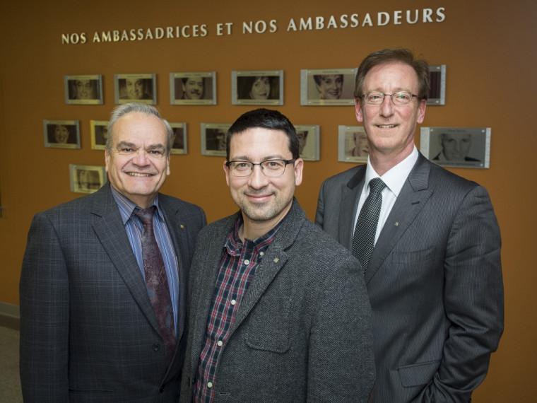 Le doyen de la Faculté des sciences, le professeur Serge Jandl, le professeur Pierre Marc Jodoin et le directeur général de La Fondation de l'Université de Sherbrooke, Me François Dubé.