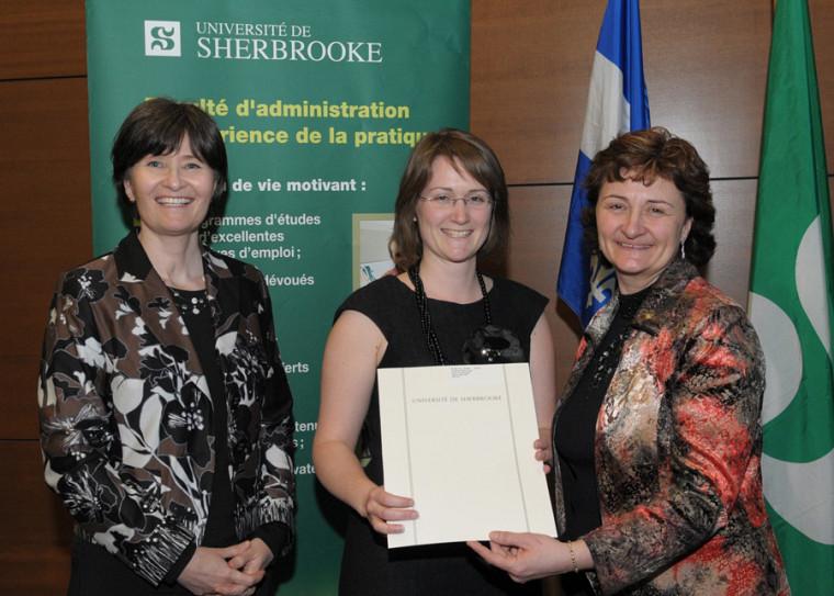 La doyenne Francine Turmel, la nouvelle diplômée Marie-Josée Trudeau et la professeure Chantal Amiot, responsable des programmes en fiscalité