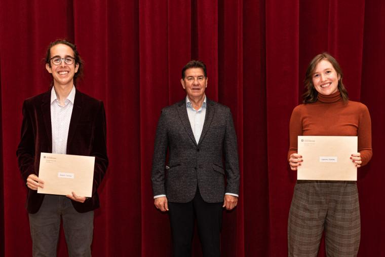 M.Martial Carbonneau co-initiateur du fonds Cristian-Carbonneau a remis une bourse à Violette Lapierre (interprétation piano jazz-1 000$) et Tommy Dupuis (guitare classique-1 000$)