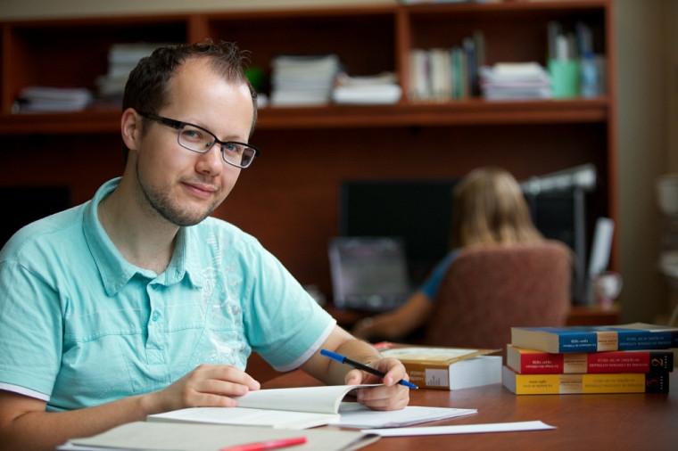 La thèse de Nicholas Giguèreporte sur l'évolution de l'imprimé gai au Québec (1971-2010) et de ses fonctions comme vecteur de reconnaissance et de légitimité d'une communauté.