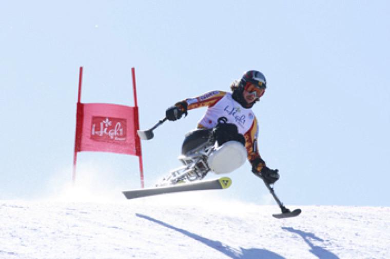 Josh Dueck, médaillé d'argent en slalom sur sit-ski.