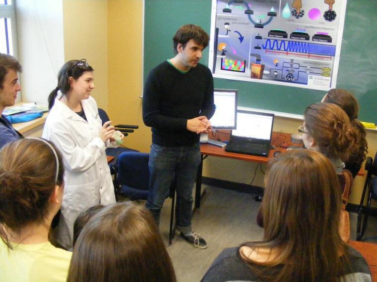 Des étudiants écoutent attentivement les explications d'un étudiant-chercheur lors d'une précédente édition de Osez la recherche