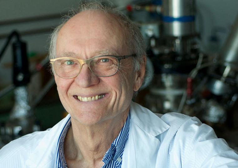 Léon Sanche est professeur à la Faculté de médecine et des sciences de la santé. Ses travaux portant sur les électrons de basse énergie figurent parmi les 10 découvertes scientifiques les plus remarquables de 2018, selon Québec Science.