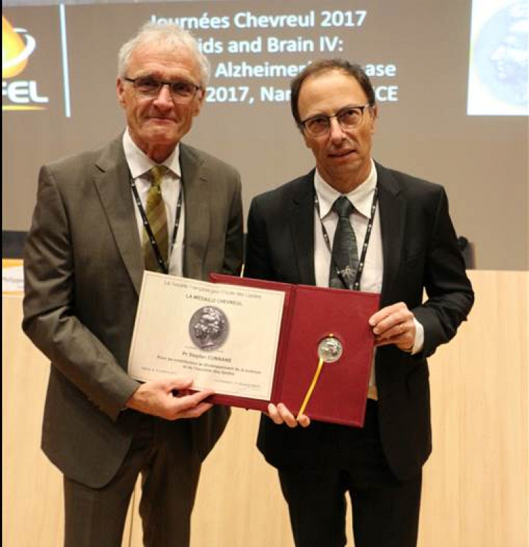 Le chercheur Stephen Cunnane reçoit la médaille Chevreul en présence du professeur Michel Linder, président de la Société Française pour l'Etude des Lipides.