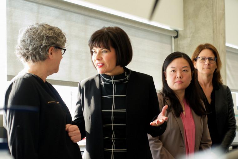 La ministre Petitpas-Taylor en conversation avec la professeure-chercheuse Caroline Saucier. À ses côtés, la professeure-chercheuseLee-Hwa Tai et Nathalie Rivard, vice-doyenne aux études supérieures, à la recherche et à l'innovation à la FMSS.