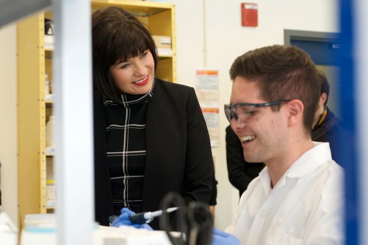 La ministre de la Santé Ginette Petitpas Taylor était de passage au Pavillon de recherche appliquée sur le cancer de l'UdeS et elle est ici en compagnie de Jesus Contreras Ojeda, assistant de recherche au laboratoire de la professeure-chercheuse Caroline Saucier.