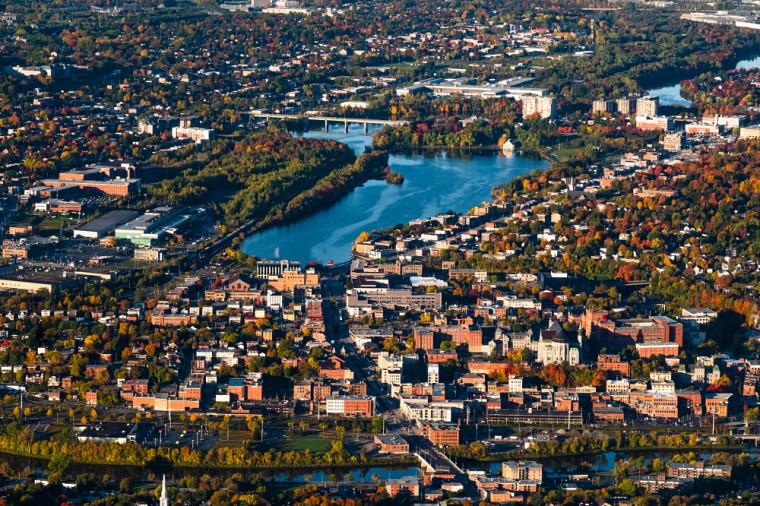 Vue aérienne d'une partie de la ville de Sherbrooke