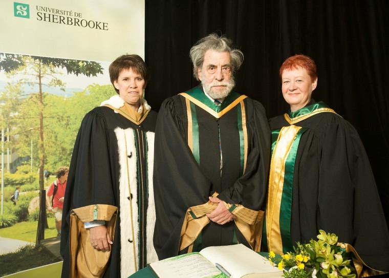 Ronald Sutherland, en compagnie de la rectrice de l'Université de Sherbrooke, Luce Samoisette, et de la doyenne de la Faculté des lettres et sciences humaines, Lynda Bellalite, alors qu'il recevait le titre de professeur émérite en2009.