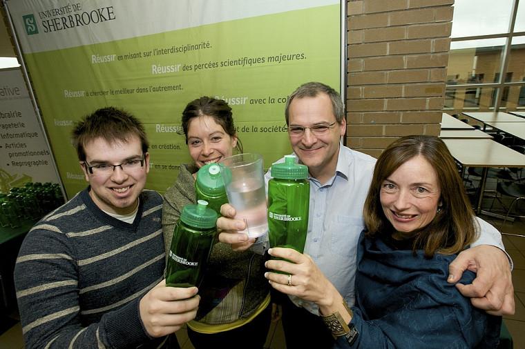Maxime-Olivier Hinse, de la FEUS, Judith Beaudoin, du REMDUS, le vice-recteur Alain Webster et Hélène Daneau, de la Coopérative de l'UdeS et Café CAUS.