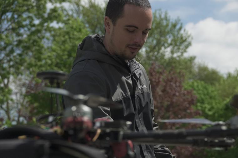 Hughes La Vigne avec le drone échantillonneur.