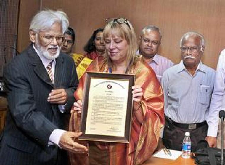 La professeure Nathalie Watteyne et le président de l'AITF, le professeur Madanagobalane, lors de la remise du prix à Pondichéry en Inde.