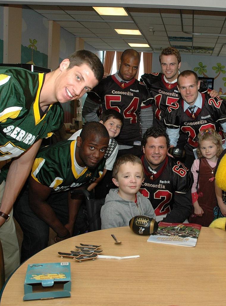 Les joueurs des deux équipes ont visité les enfants de l'hopital des Shriners.