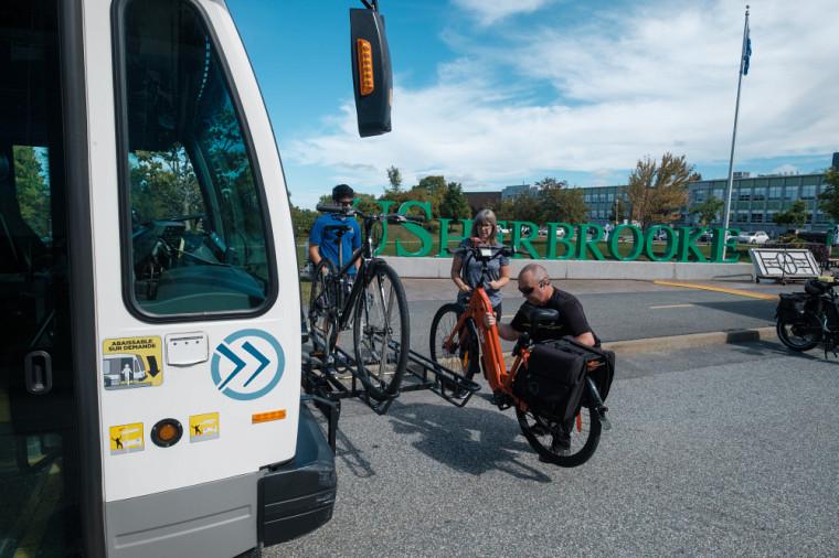 Les autobus de la STS sont munis de supports à vélos, permettant de combiner les deux modes de transport pour effectuer des déplacements.