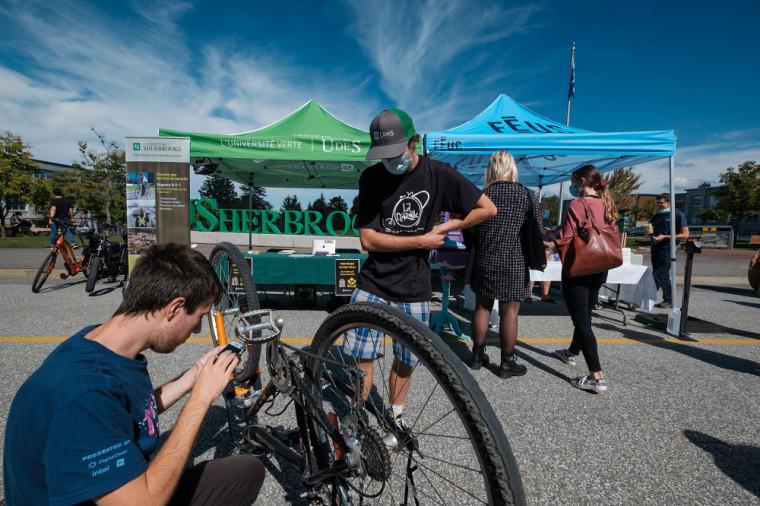 Vélo, autopartage, transport en commun... différentes solutions de rechange à« l'autosolo» étaient à l'honneur lors de la Foire de la mobilité durable à l'UdeS.