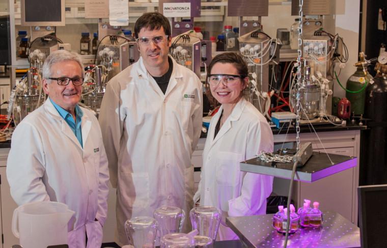Les Prs Denis Groleau et Philippe-Aubert Gauthier accompagnés de l'artiste WhiteFeather Hunter, dans le laboratoire du Pr Groleau.