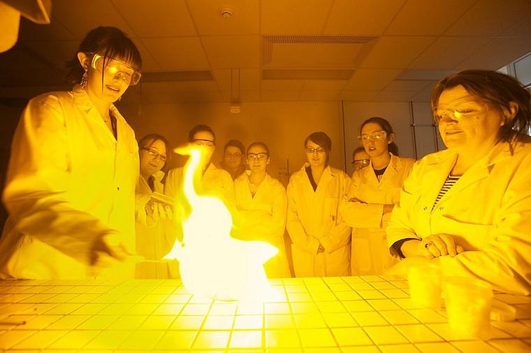 Les participantes sont éblouies par la combustion spontanée de l'atelier de Johanne Roby, enseignante au Cégep de Sherbrooke.